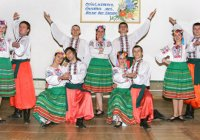 На сцені університету народний ансамбль танцю Підгір'я.